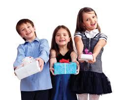 Учим детей дарить подарки красиво
