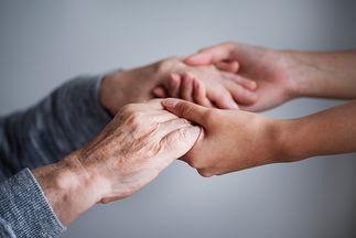 руки бабушки (дедушки) и внучки